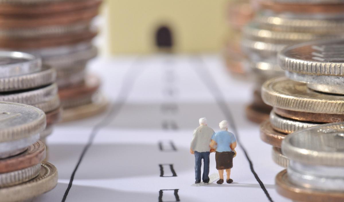 Фигурка пожилых людей между монет
