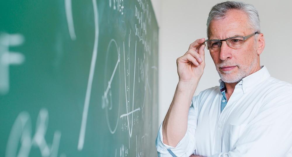 Пожилой педагог у доски