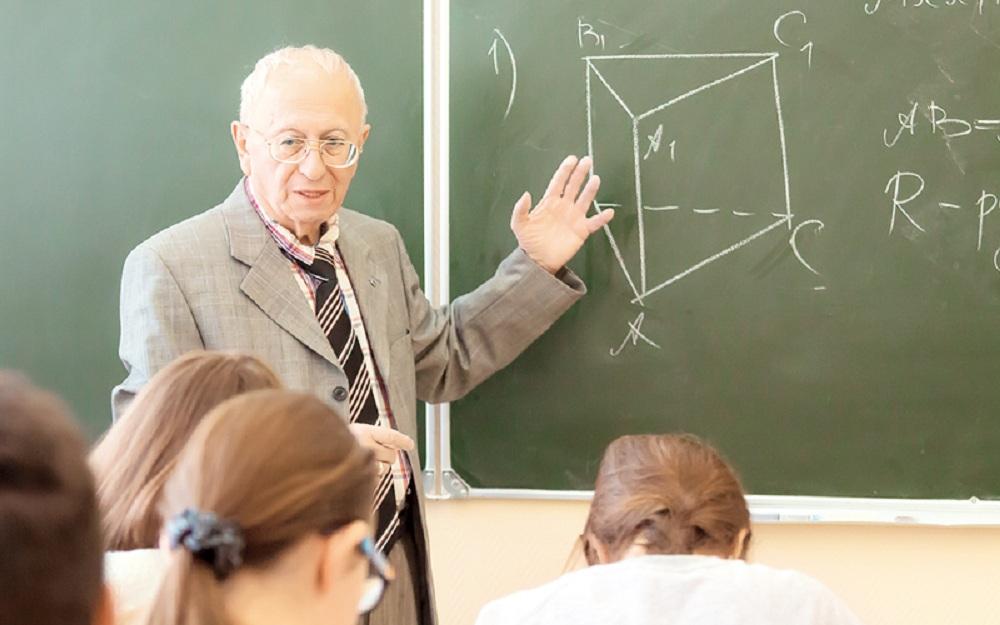 Пожилой педагог возле доски