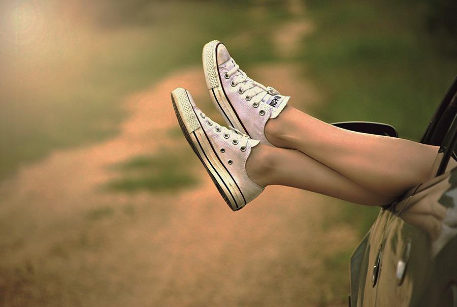 Женские ножки в кедах
