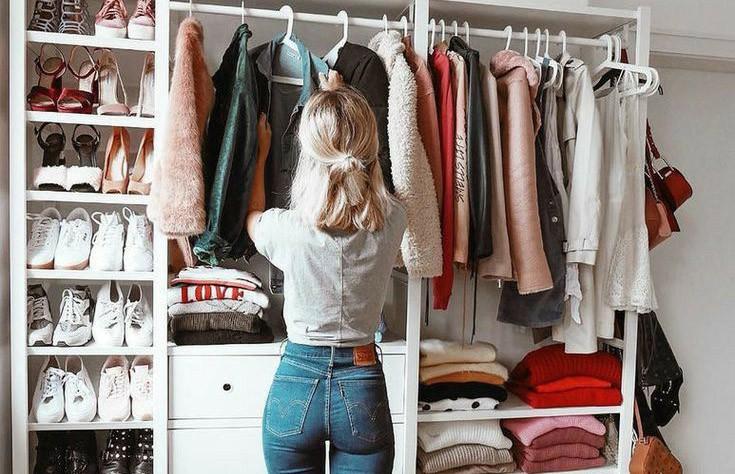 Девушка в гардеробной