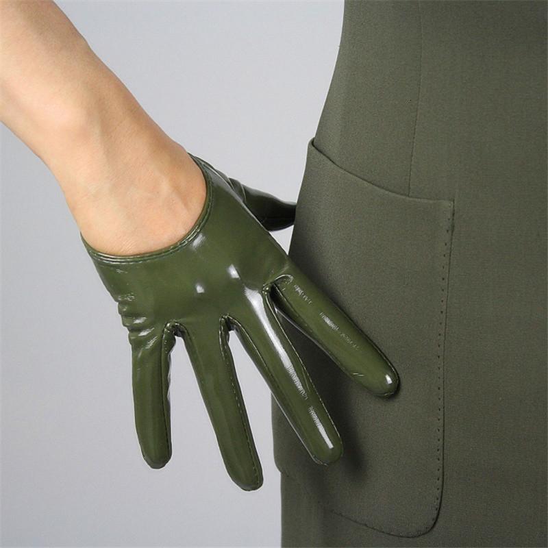 Рука в укороченных перчатках