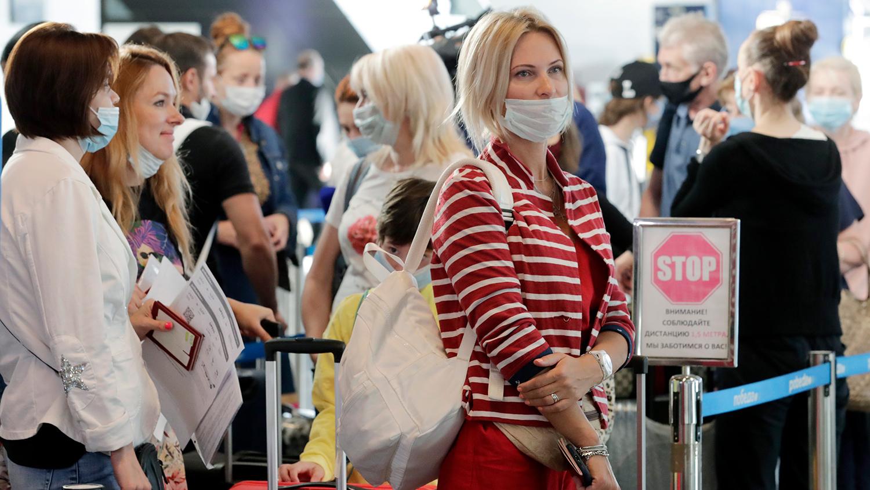 Пассажиры в масках в аэропорту