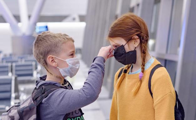 Дети в масках в аэропорту