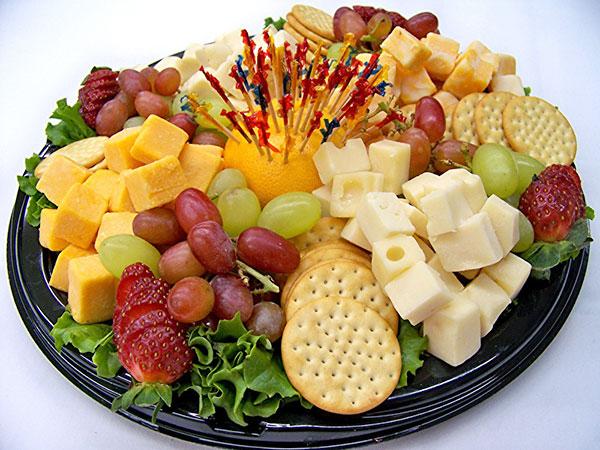 Фрукты, ягоды, крекеры и сыр