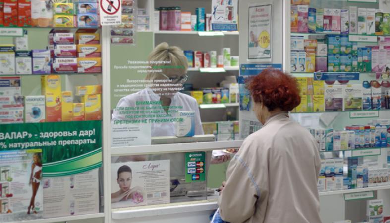 Женщина в аптеке делает покупки
