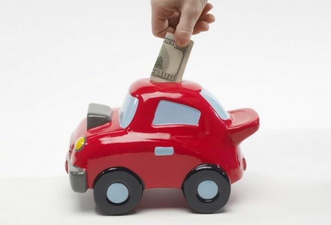 Деньги и игрушечный автомобиль-копилка