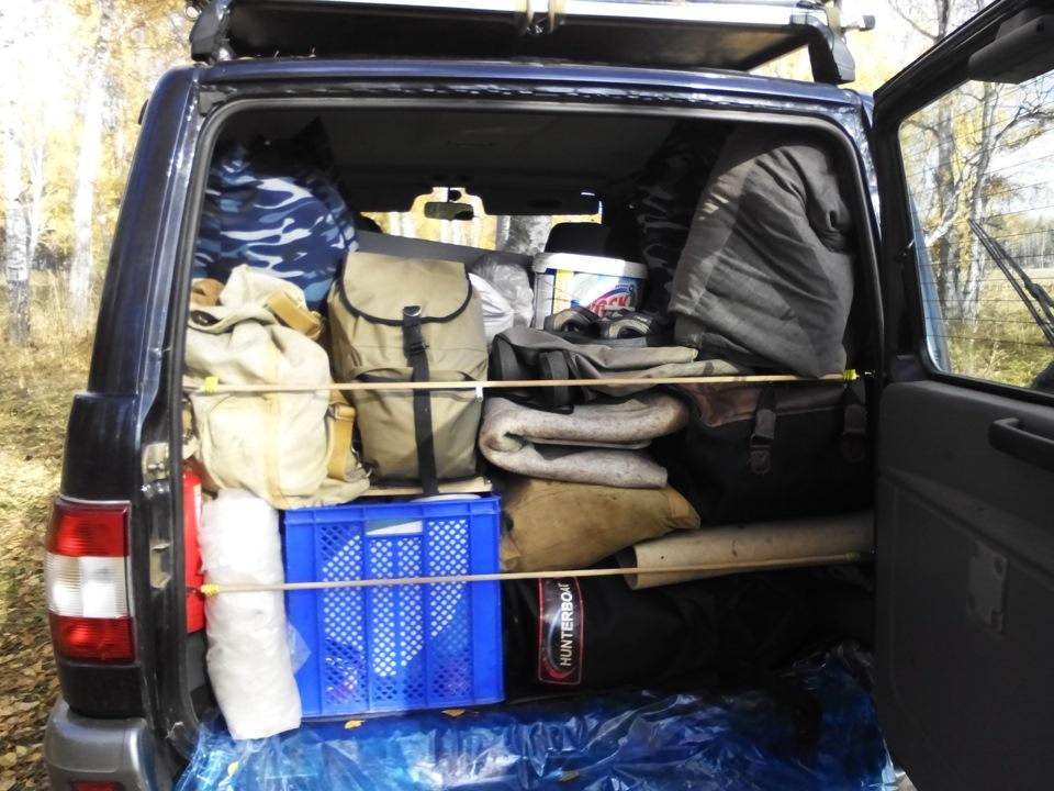 Заполненный багажник автомобиля