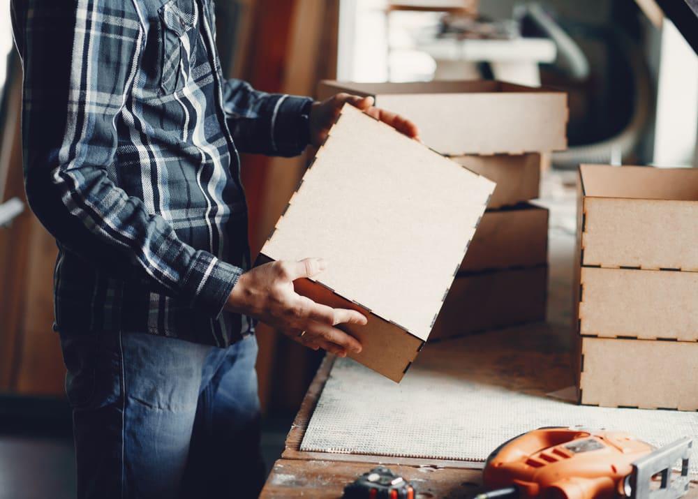 Упаковочная коробка в мужских руках