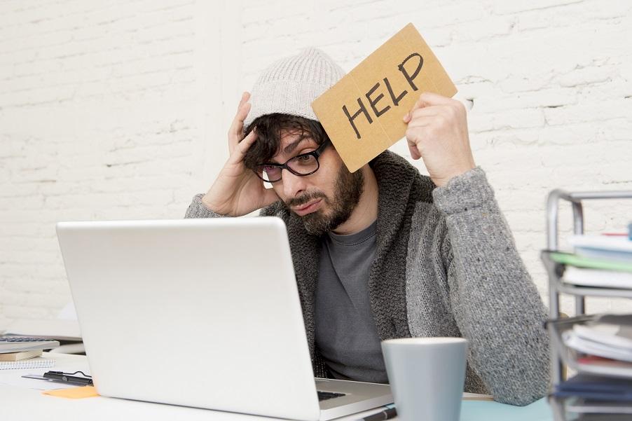 Мужчина ищет помощи по трудоустройству в сети