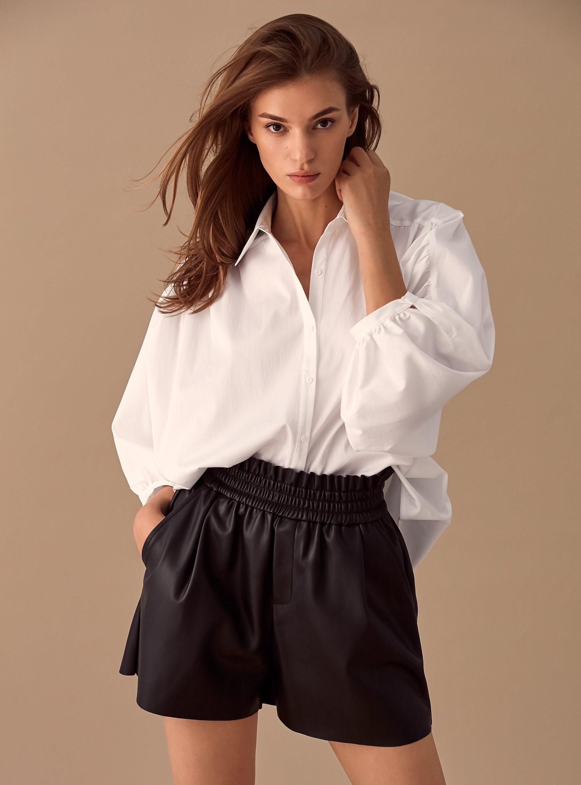Девушка в рубашке и шортах