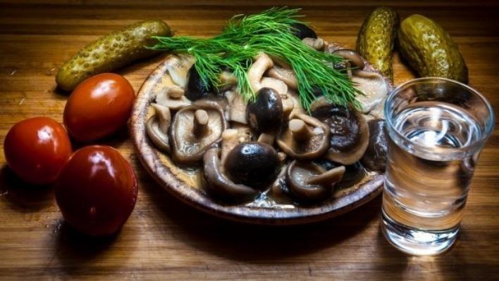 Водка, грибы, соленья