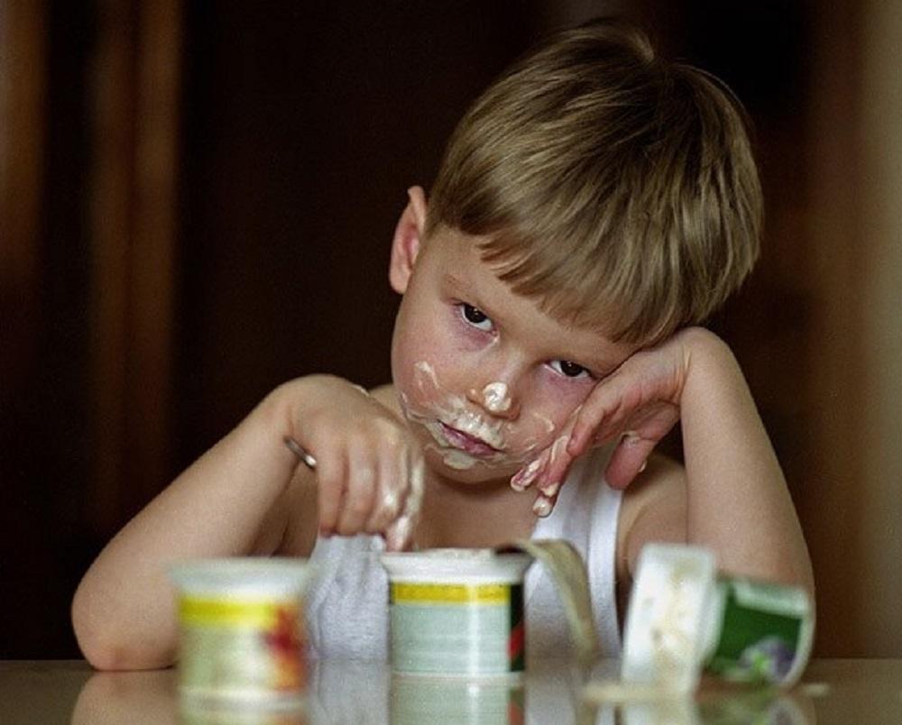 Мальчик не ест йогурты