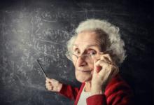 Пожилая учительница возле доски