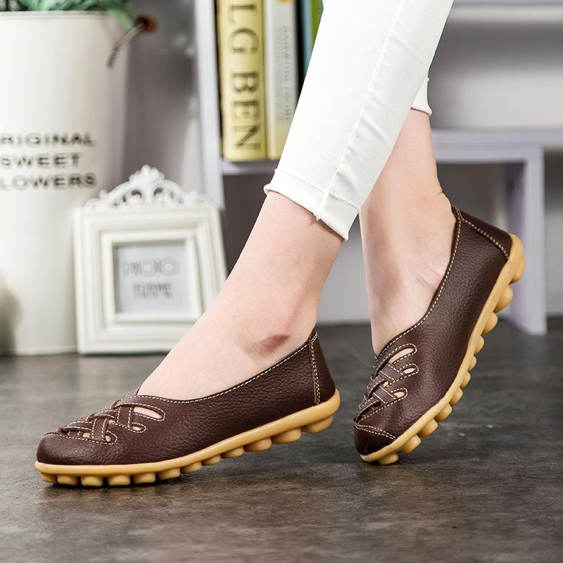 Женские ноги в обуви на низком ходу
