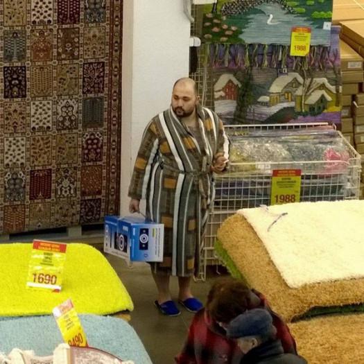 Мужчина в халате в торговом зале