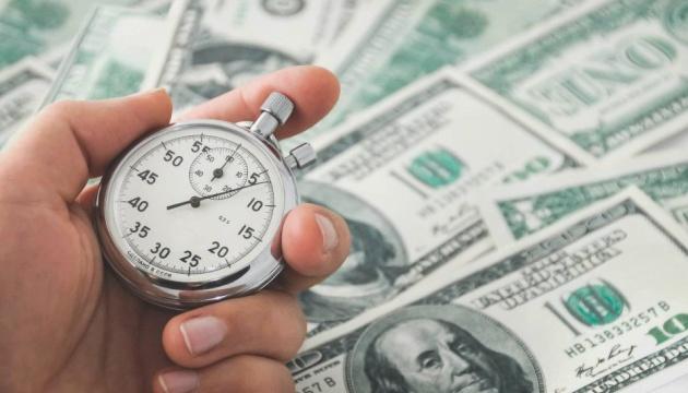 Деньги и секундомер в руках