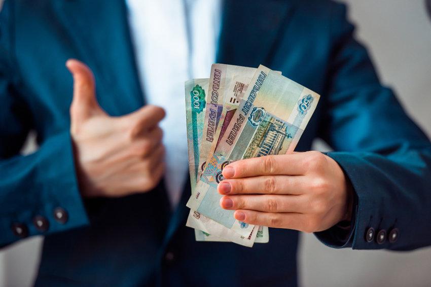 Деньги в руках человека в пиджаке