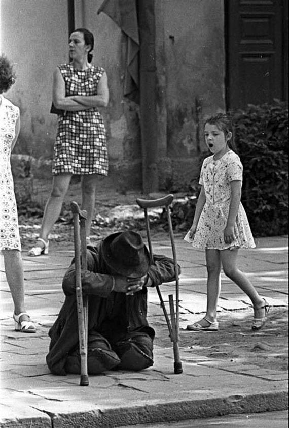 нищий человек с костылями на улице