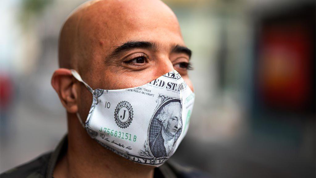 Мужчина в долларовой маске
