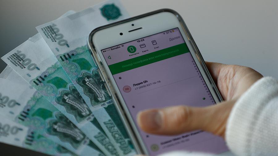 Деньги и телефон в руке