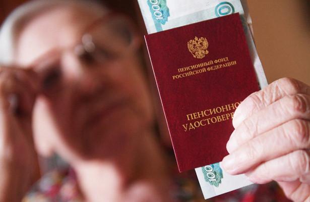 Женщина держит в руках пенсионное удостоверение и деньги