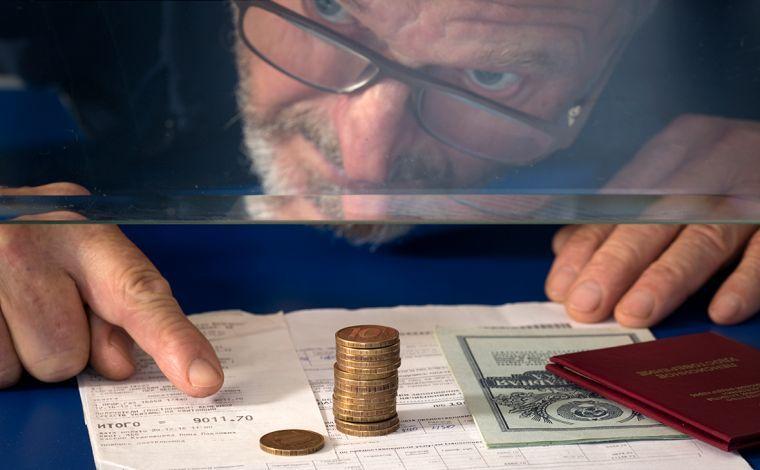 Мужчина получает деньги в кассе