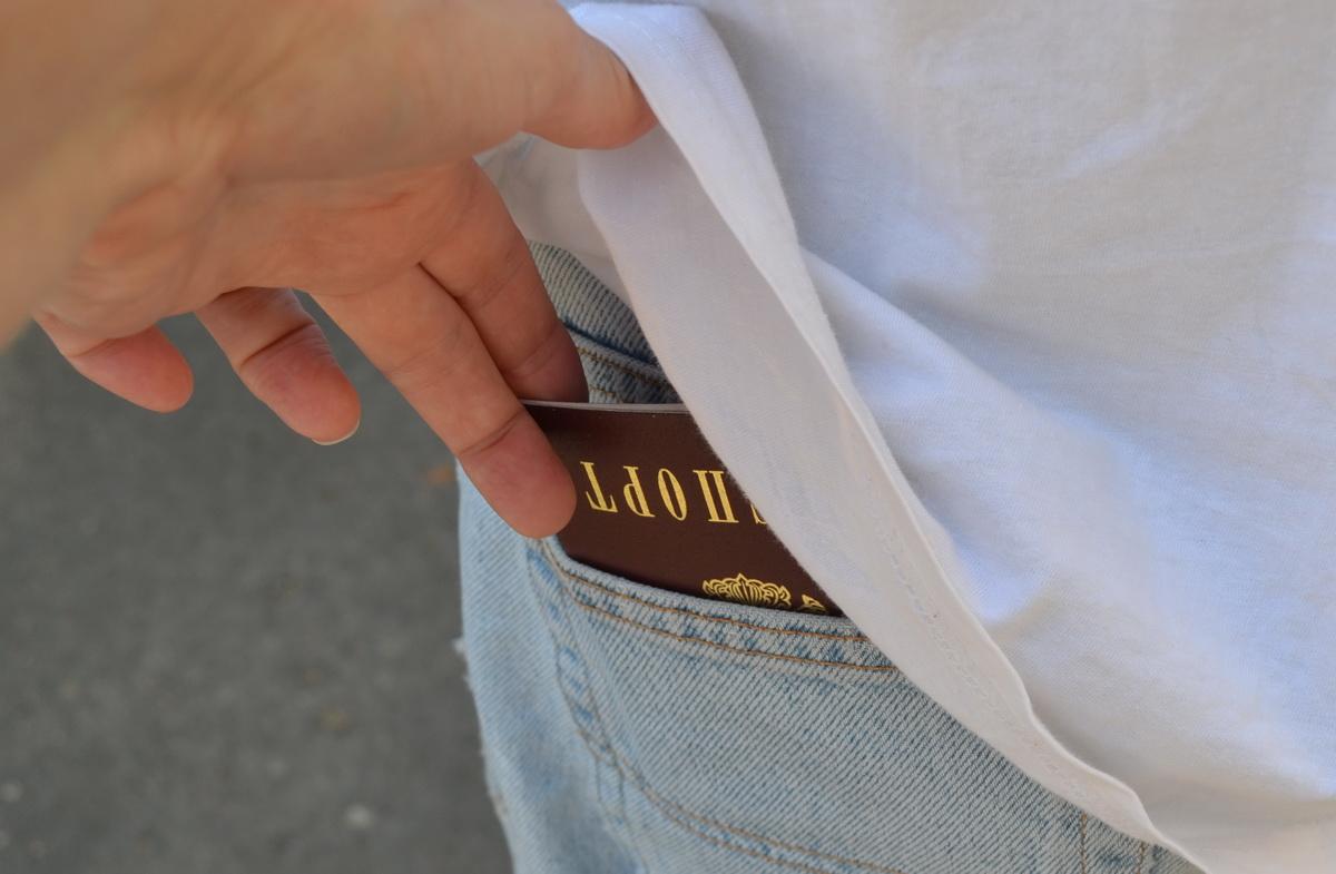 Паспорт в кармане штанов
