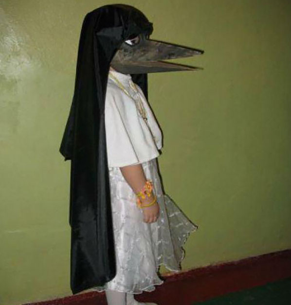 Ребенок в костюме ворона