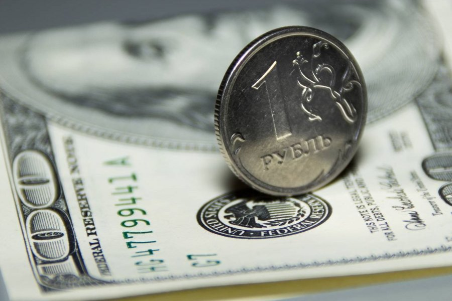 Железный рубль на долларовой купюре