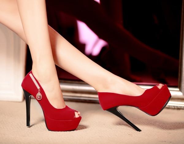 Женские ноги в красной обуви на высоком каблуке