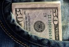 Долларовая купюра в кармане джинсов