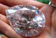 Ограненный бриллиант в руках