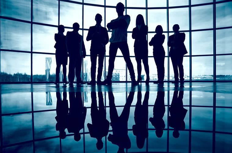 Компания людей на фоне панорамных окон