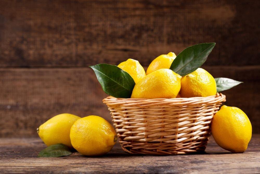Лимоны в корзинке и возле нее