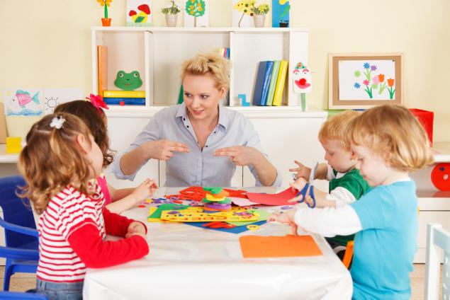 Дети и воспитатель за столом