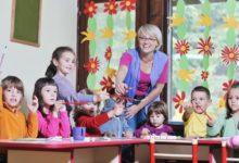 Воспитательница и дети старшей группы детского сад