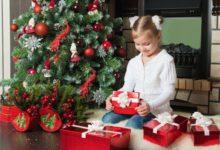 Девочка под елочкой и подарки
