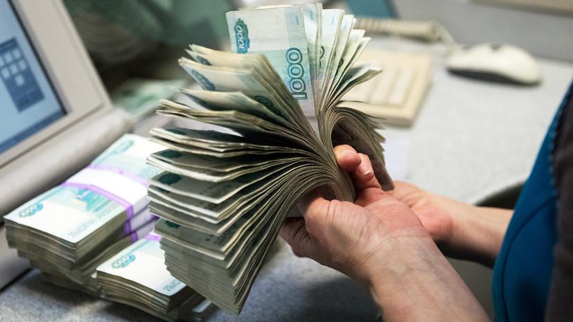 Веер рублей в руках