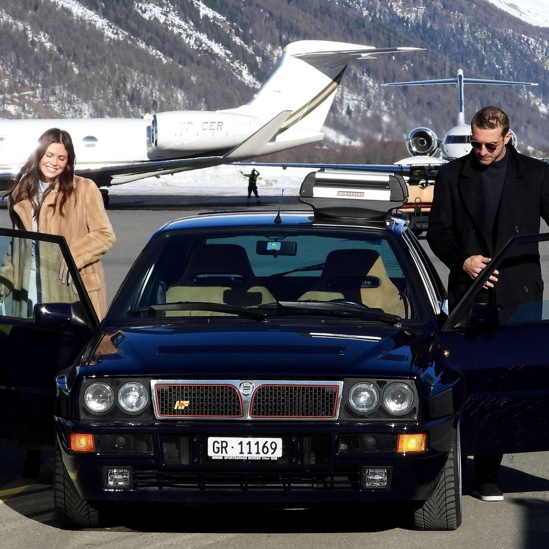 Дарья Жукова и Ставрос Ниархос в аэропорту