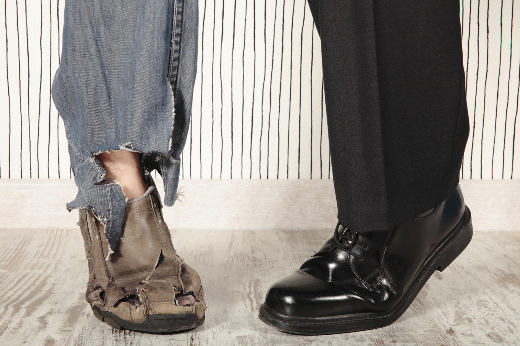 Рваная обувь и джинсы и новые туфли и брюки