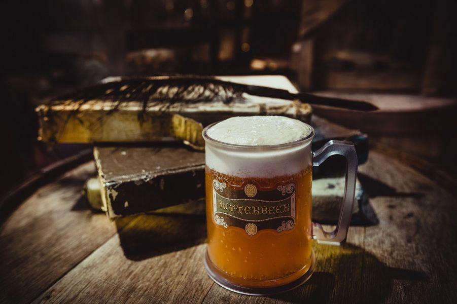 Кружка пива на фоне старых книг