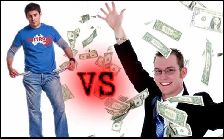 Мужчина с пустыми карманами и мужчина, осыпающий себя деньгами