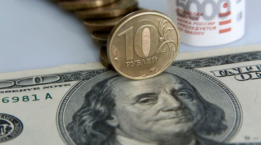 Железный рубль на бумажном долларе