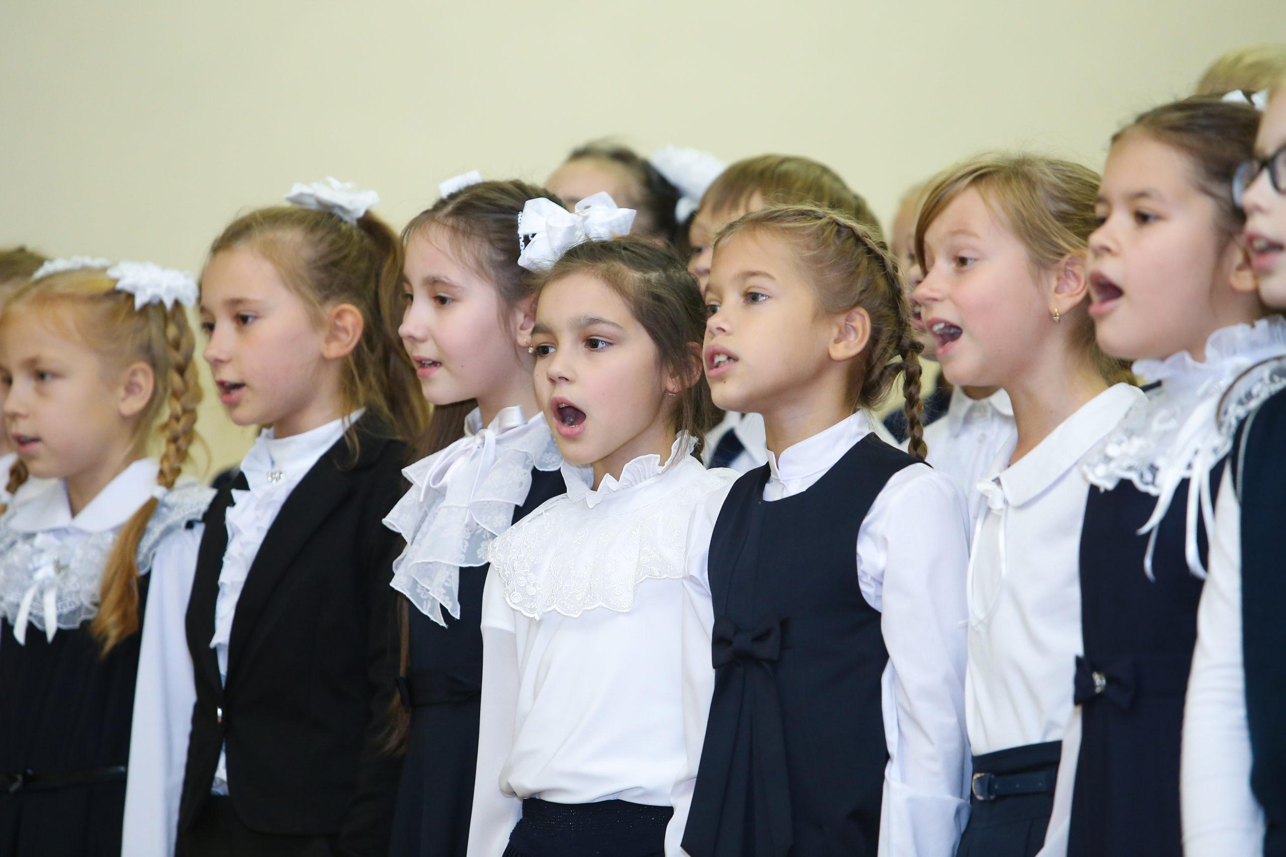 Выступление школьниц