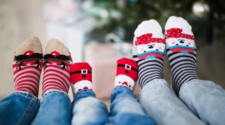 Ноги членов семьи в новогодних носочках
