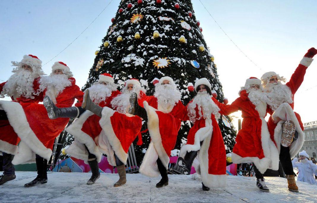Пляшущие Деды Морозы под елкой