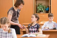 Учительница забирает смартфон у ученицы