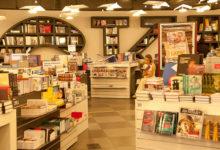 Полки с книгами в магазине