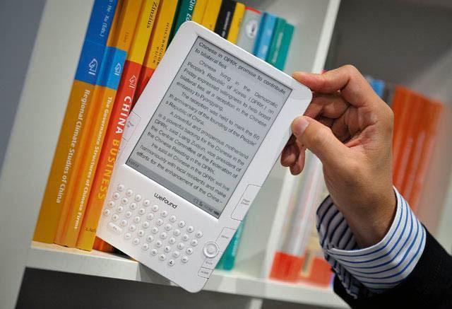 Электронная книга среди бумажных